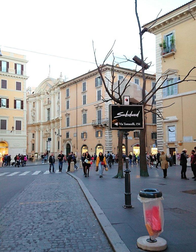 ローマ市内のスペイン広場に続く道