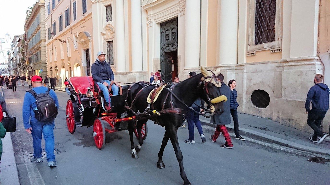 ローマ市内のスペイン広場に続く道には馬車が走る