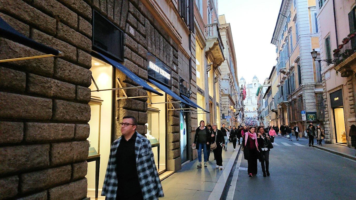 ローマ市内のスペイン広場に続く道にあるブランドショップ