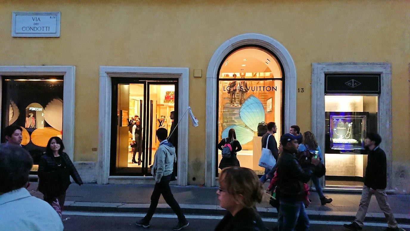 ローマ市内のスペイン広場に向かう道にあるブランドショップ