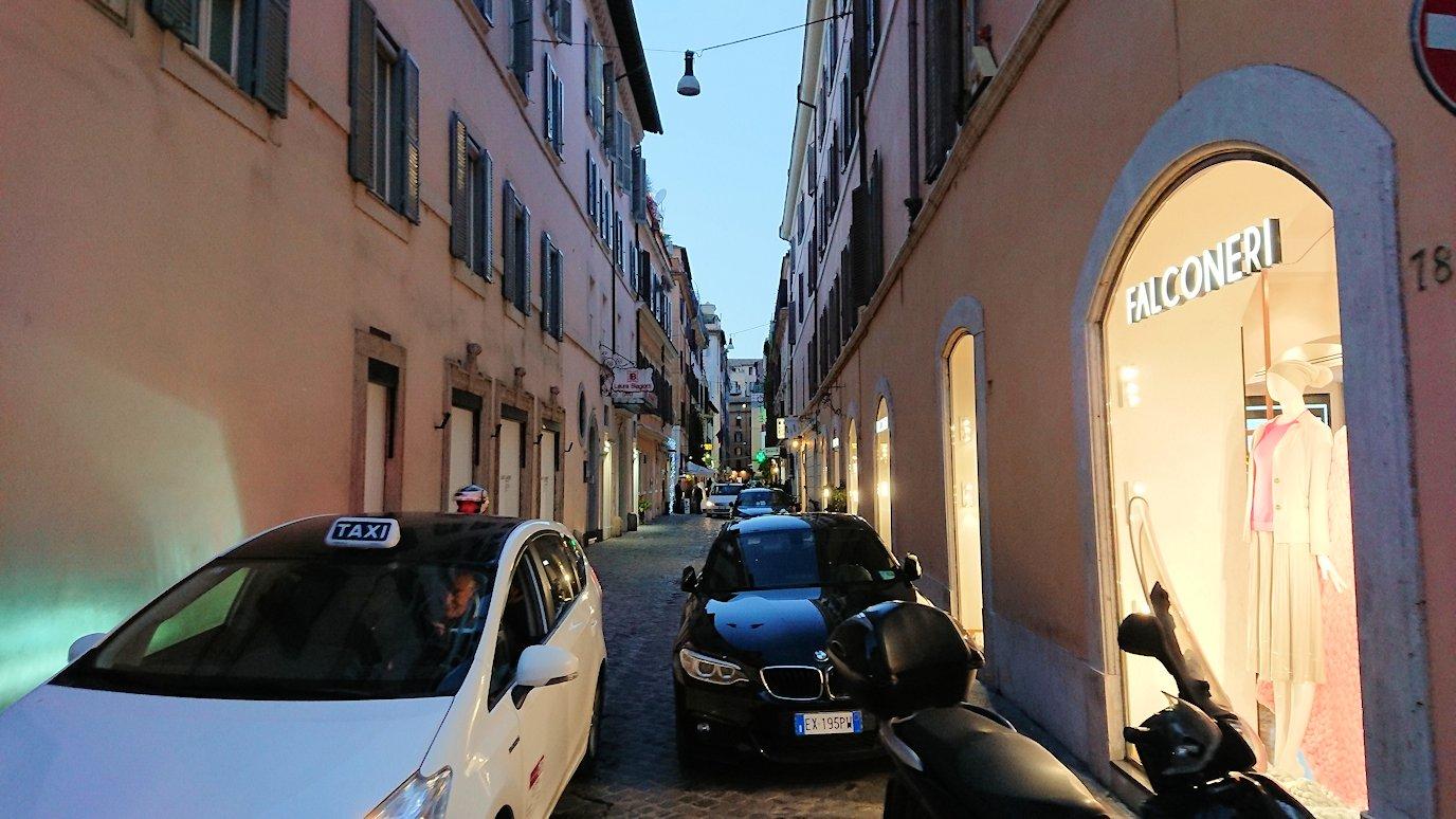 ローマ市内のスペイン広場に向かう道の脇道