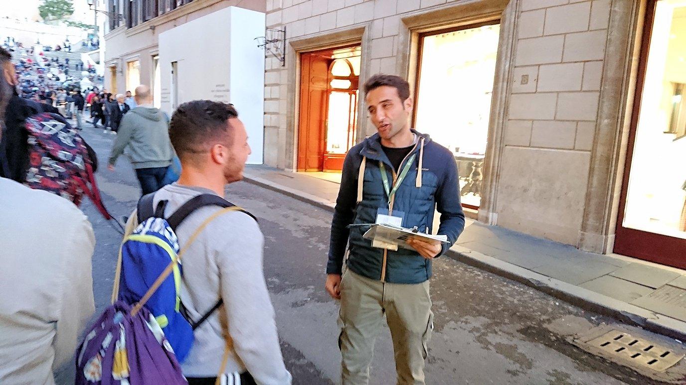 ローマ市内のスペイン広場に向かう道でアンケートしている人