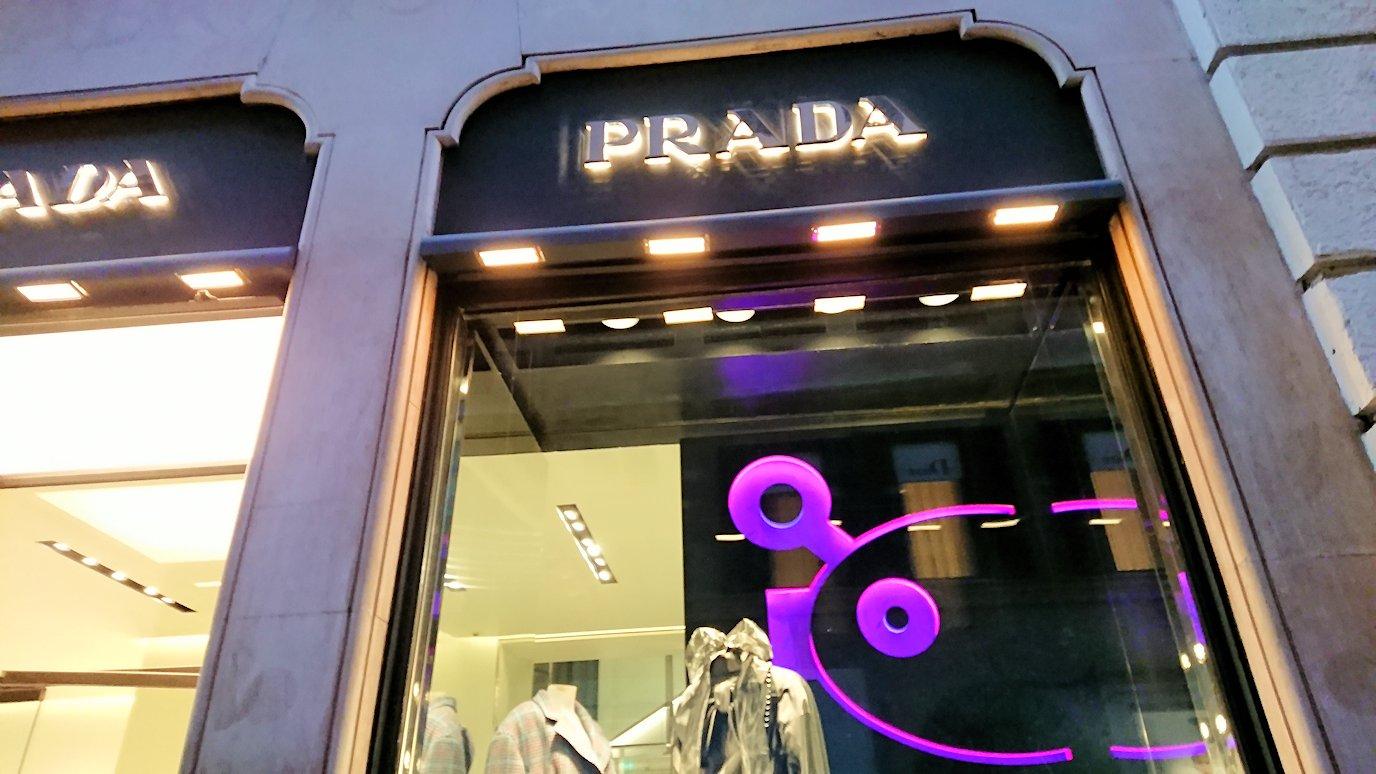 ローマ市内のスペイン広場に向かう道にあるブランドショップのプラダ