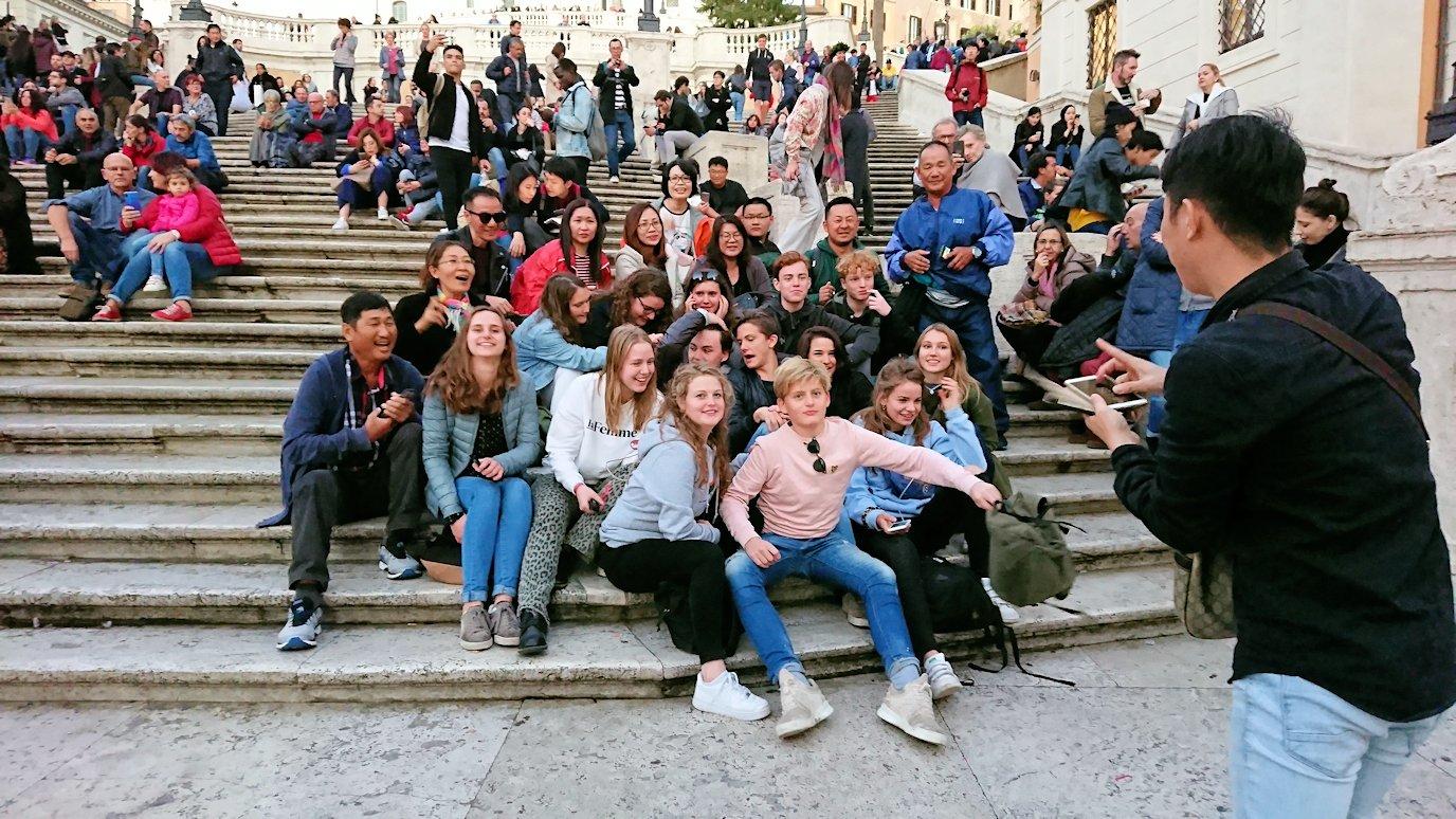 スペイン広場の階段で記念撮影する若者達