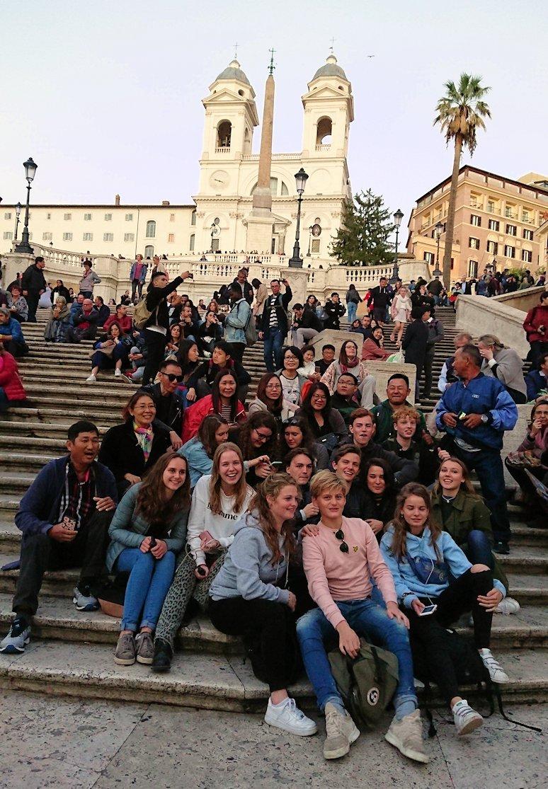 スペイン広場の階段で記念撮影する若者達2