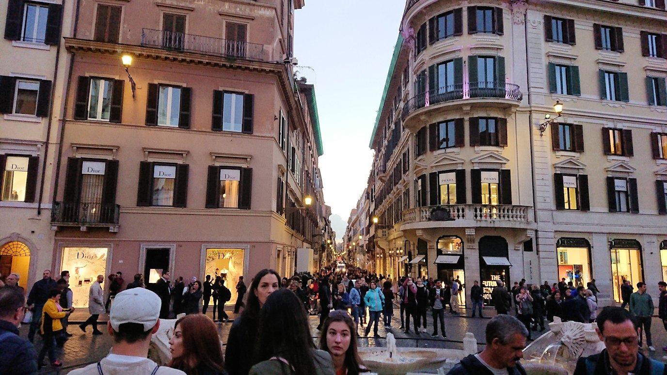 スペイン広場の階段から今来た道を見る