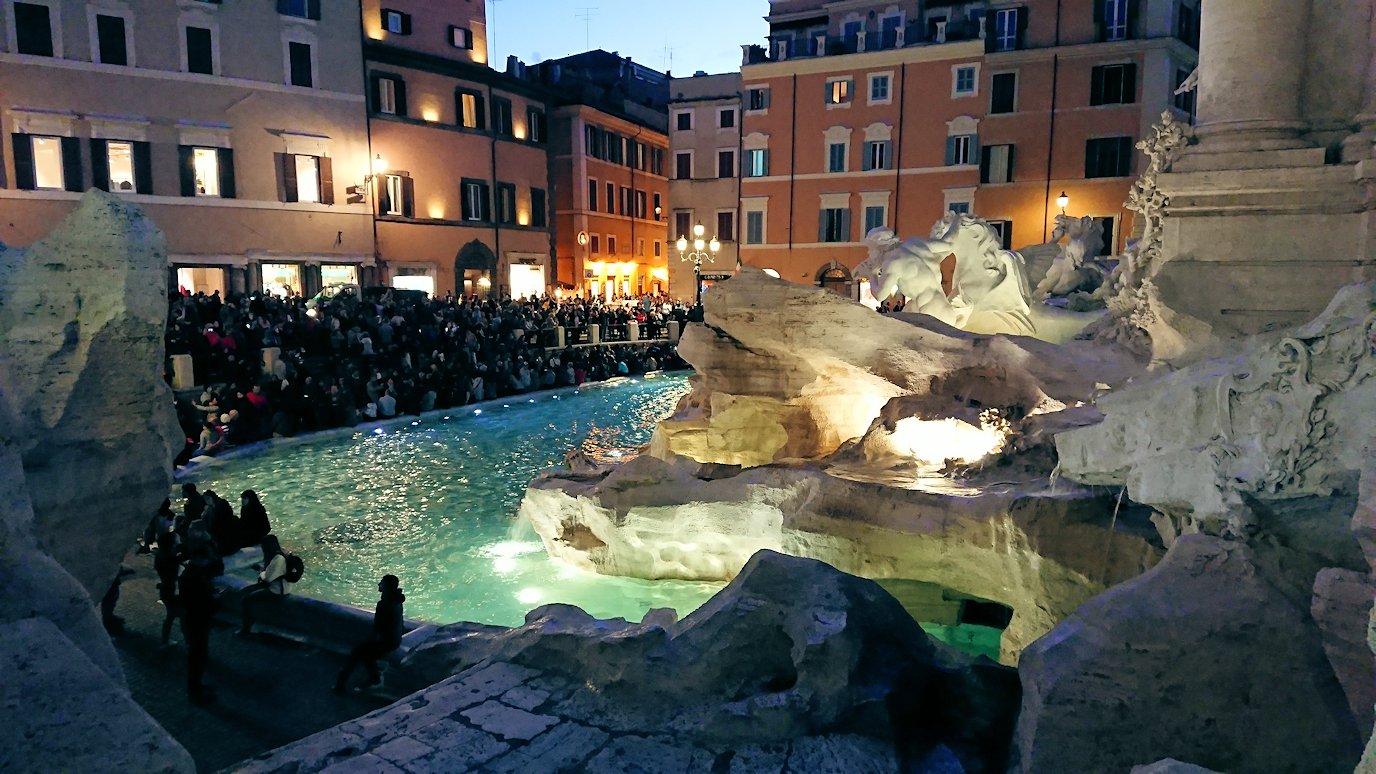 ローマ市内のトレビの泉に到着