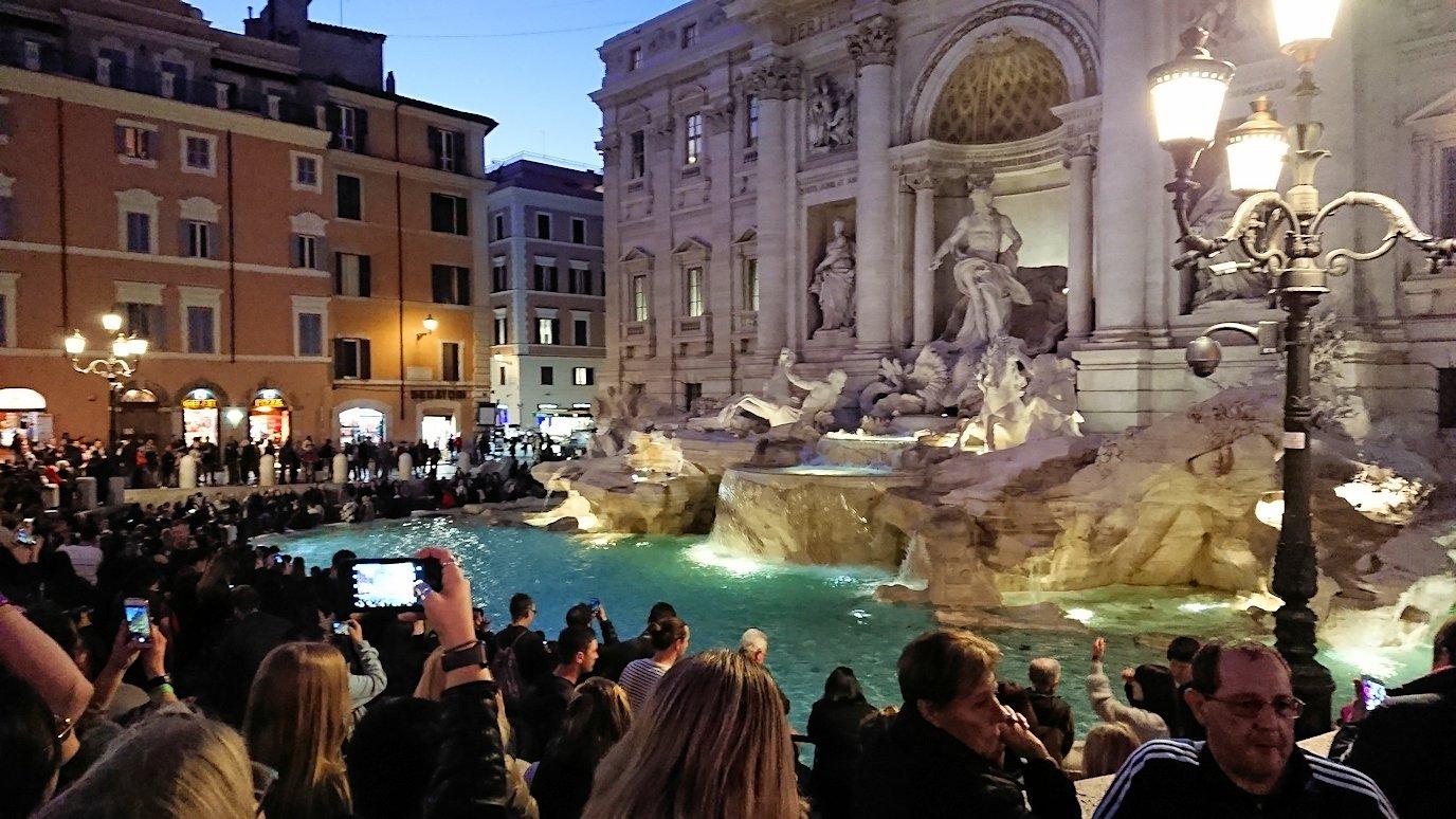 ローマ市内のトレビの泉の様子