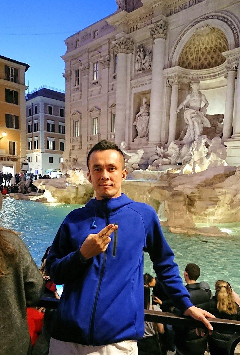 ローマ市内のトレビの泉で記念撮影