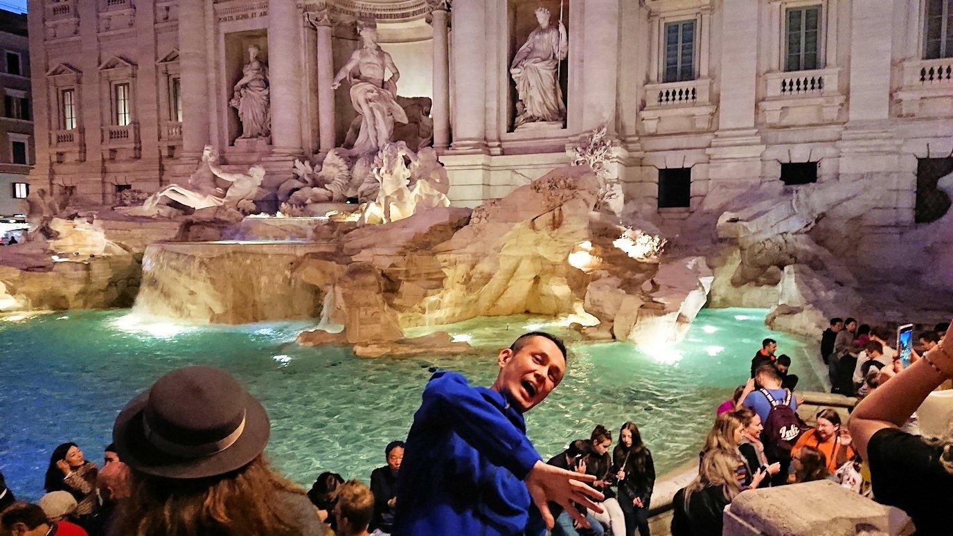 ローマ市内のトレビの泉で落ちる~~