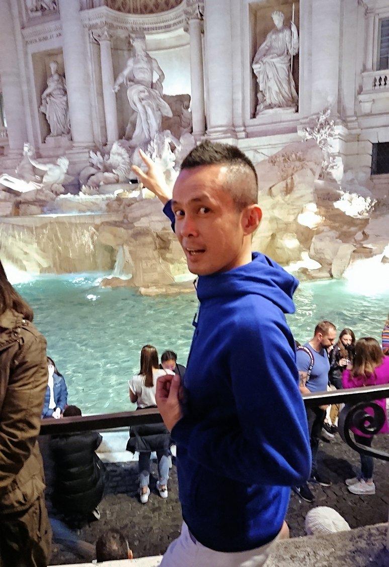 ローマ市内のトレビの泉でコイン投げした人