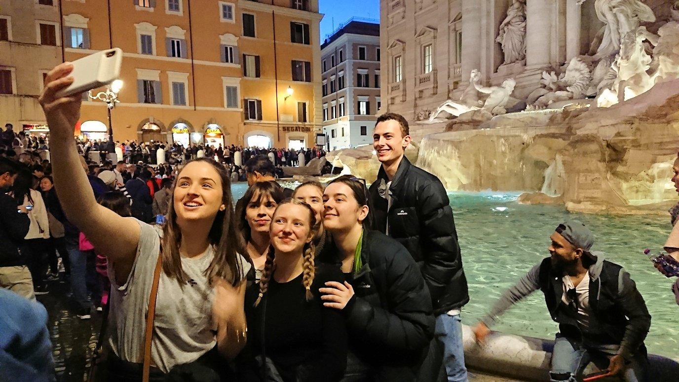 ローマ市内のトレビの泉前で記念撮影する子