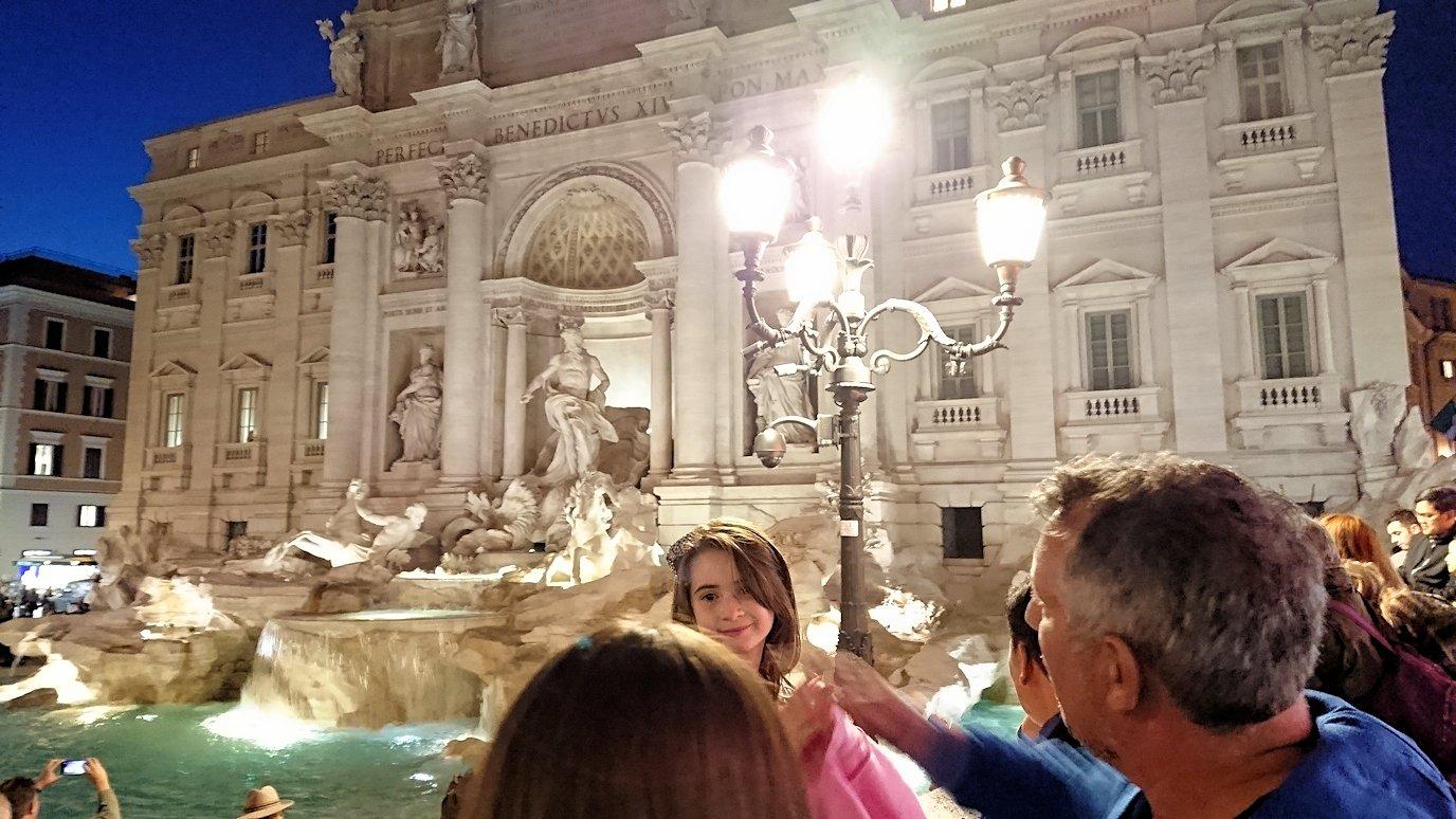 ローマ市内のトレビの泉にたたずむカワイイ子供