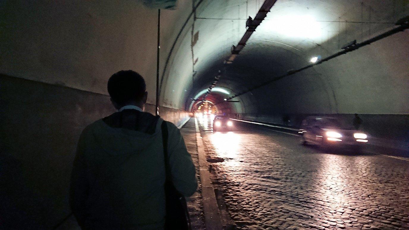 ローマ市内のトレビの泉からバス乗り場へ向かうトンネル