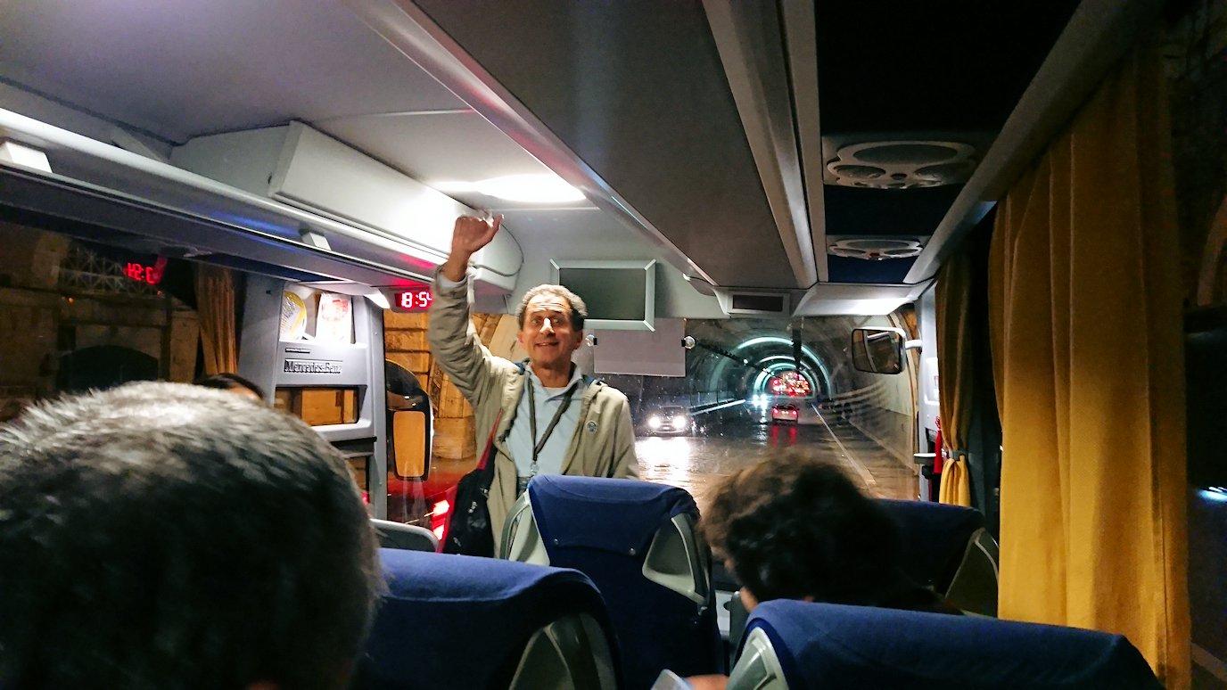 バスで移動するときにサヨナラする現地ガイドさん