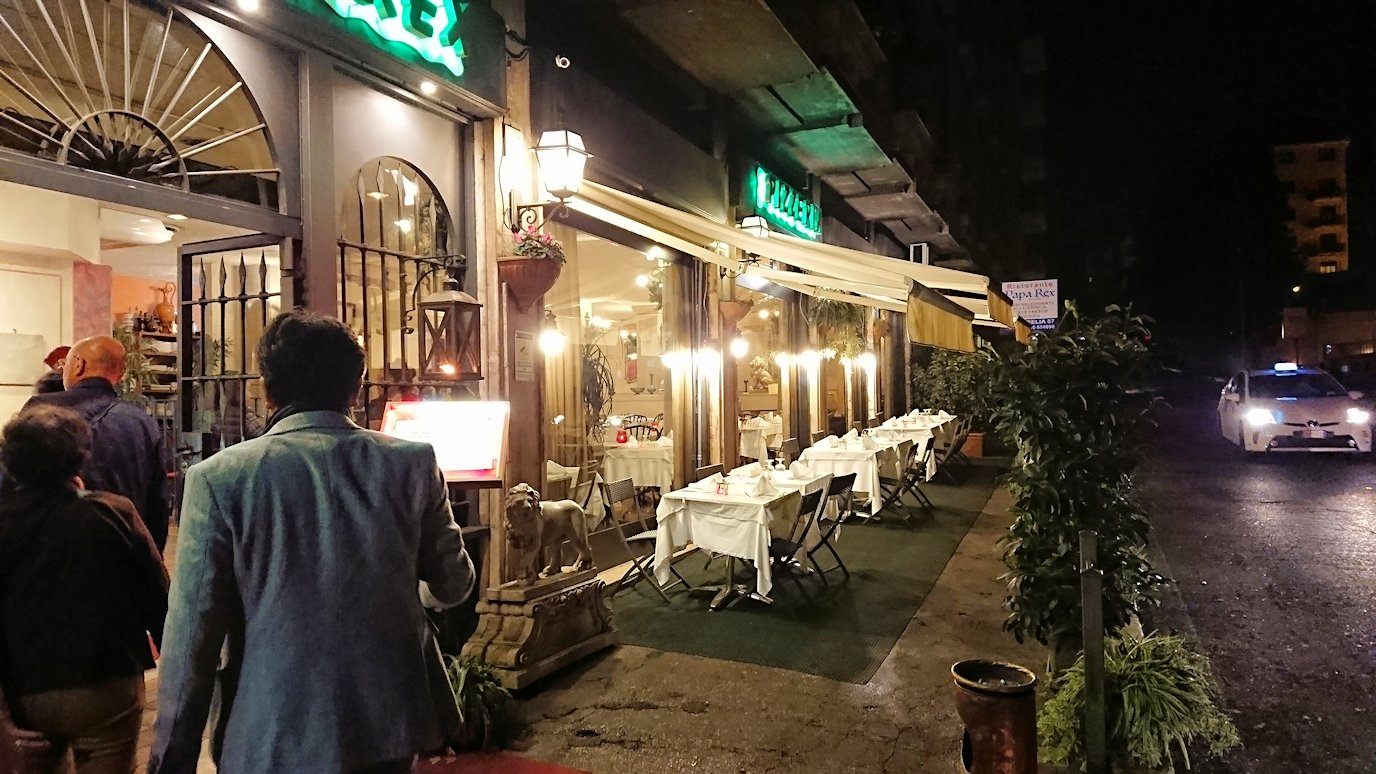 ローマ市内の夕食レストランに着いて中に入ります2