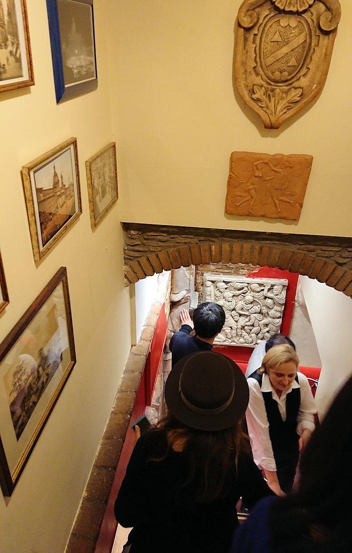 ローマ市内の夕食レストランで階段を降りて下へ