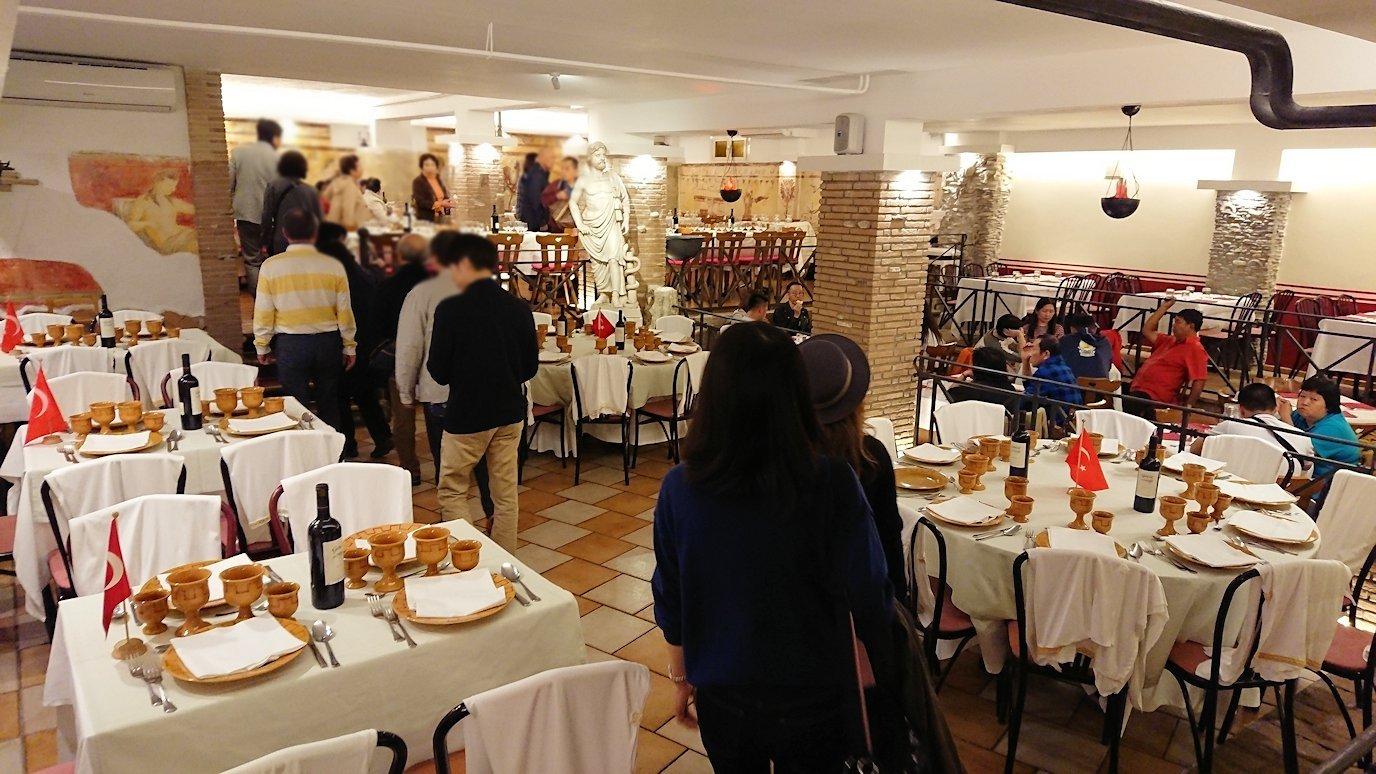 ローマ市内の夕食レストランで階段を降りて下へ更にその先へ