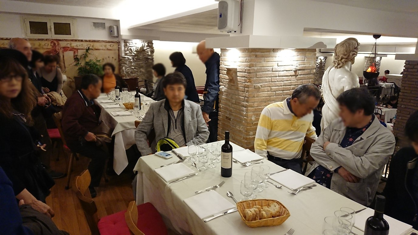 ローマ市内の夕食レストランで着席