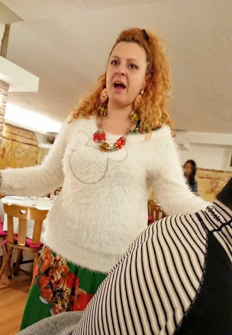 ローマ市内の夕食レストランでカンツォーネを歌ってくれるお姉さん