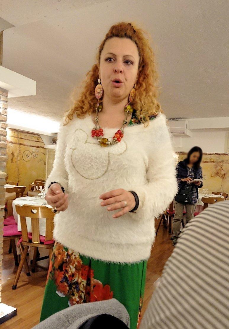 ローマ市内の夕食レストランでカンツォーネを歌ってくれるお姉さん2