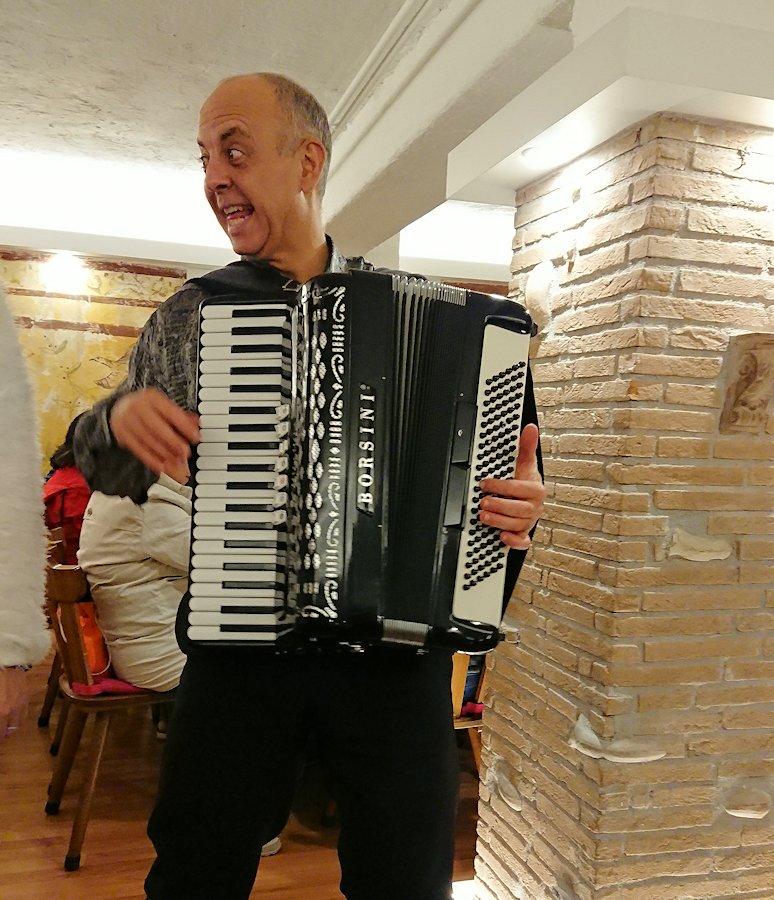 ローマ市内の夕食レストランでアコーディオンを弾く面白いオジサン