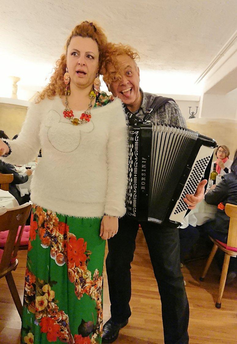 ローマ市内の夕食レストランでカンツォーネを歌ってくれるお姉さんと面白親父