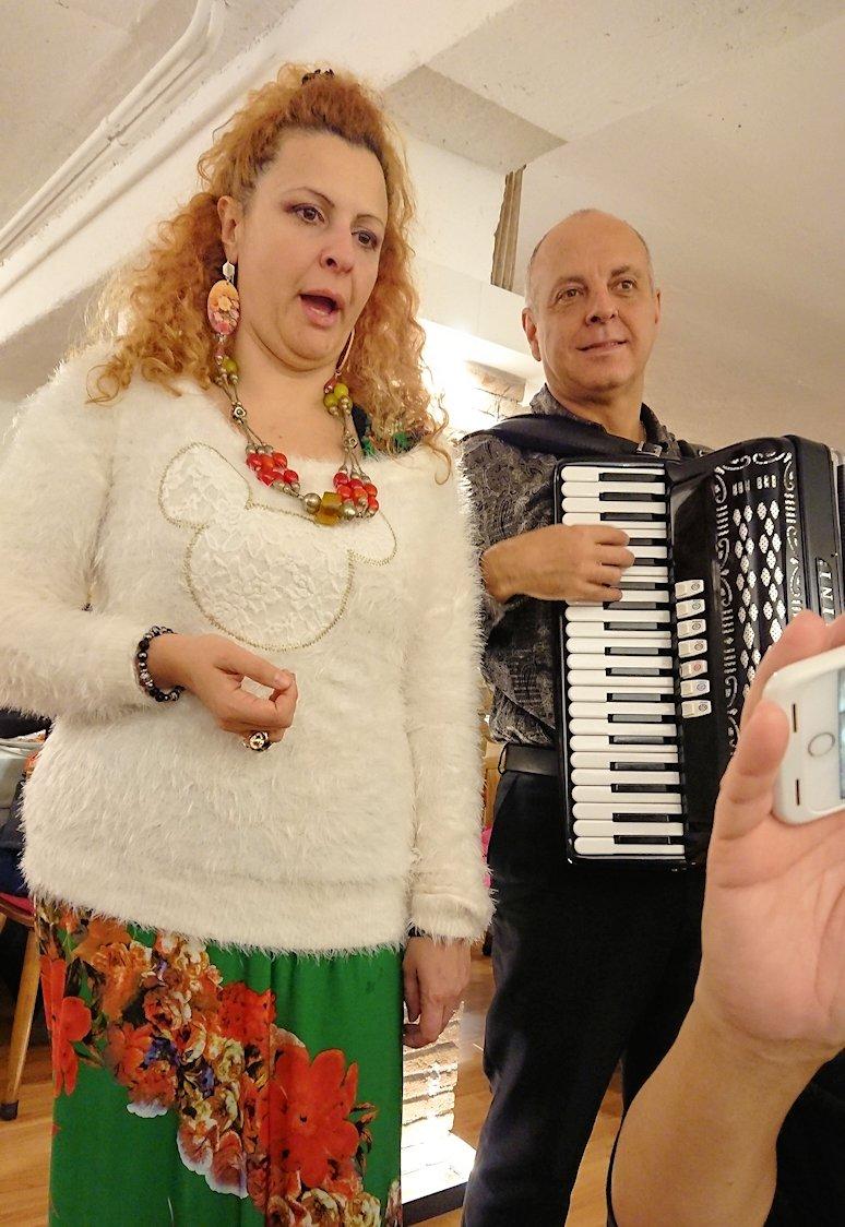 ローマ市内の夕食レストランでカンツォーネを歌ってくれるお姉さんと面白親父2