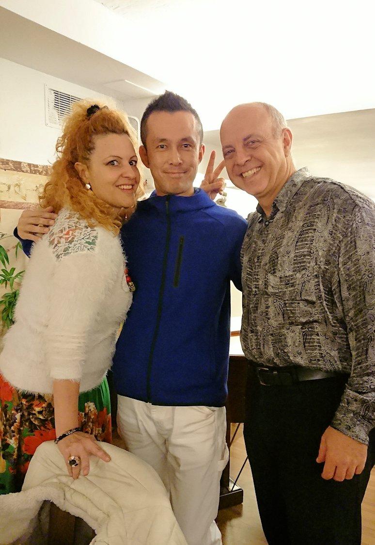 ローマ市内の夕食レストランでカンツォーネを歌ってくれるお姉さんと面白親父と記念撮影