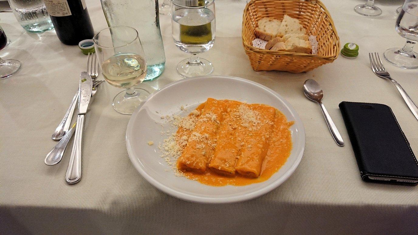 ローマ市内の夕食レストランのローマ風オムレツ