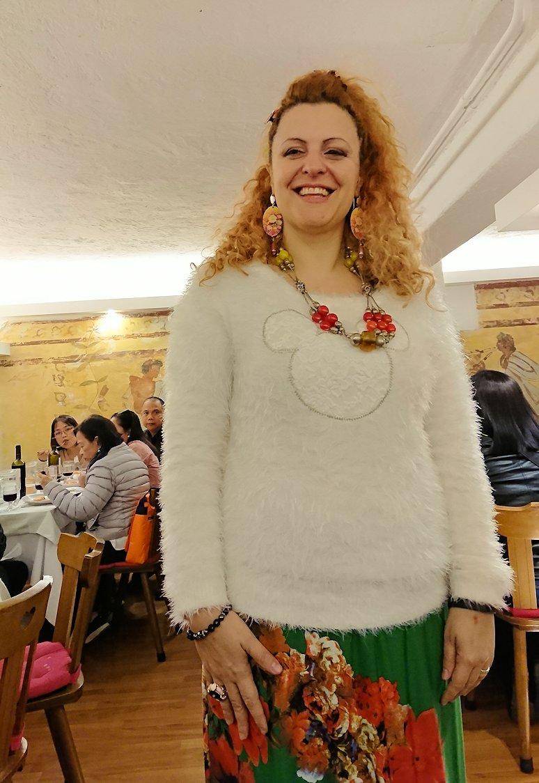 ローマ市内の夕食レストランでカンツォーネを歌ってくれるお姉さん3