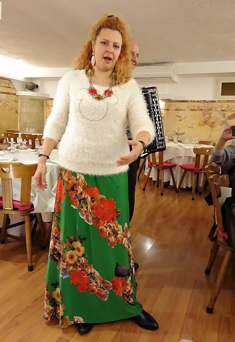 ローマ市内の夕食レストランでカンツォーネを歌ってくれるお姉さん4