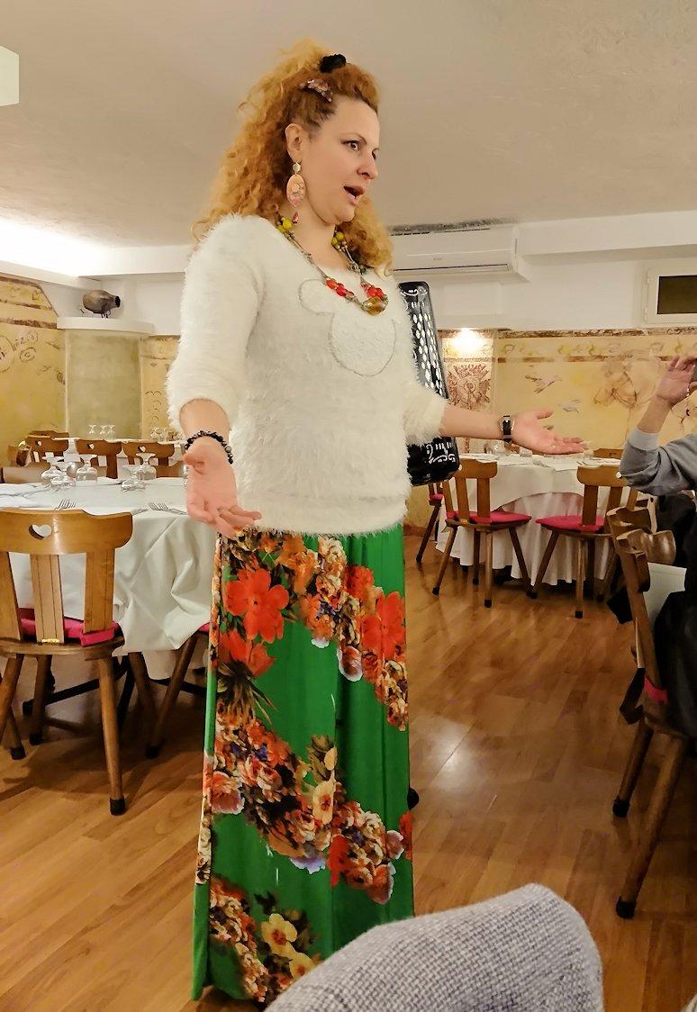 ローマ市内の夕食レストランでカンツォーネを歌ってくれるお姉さん5
