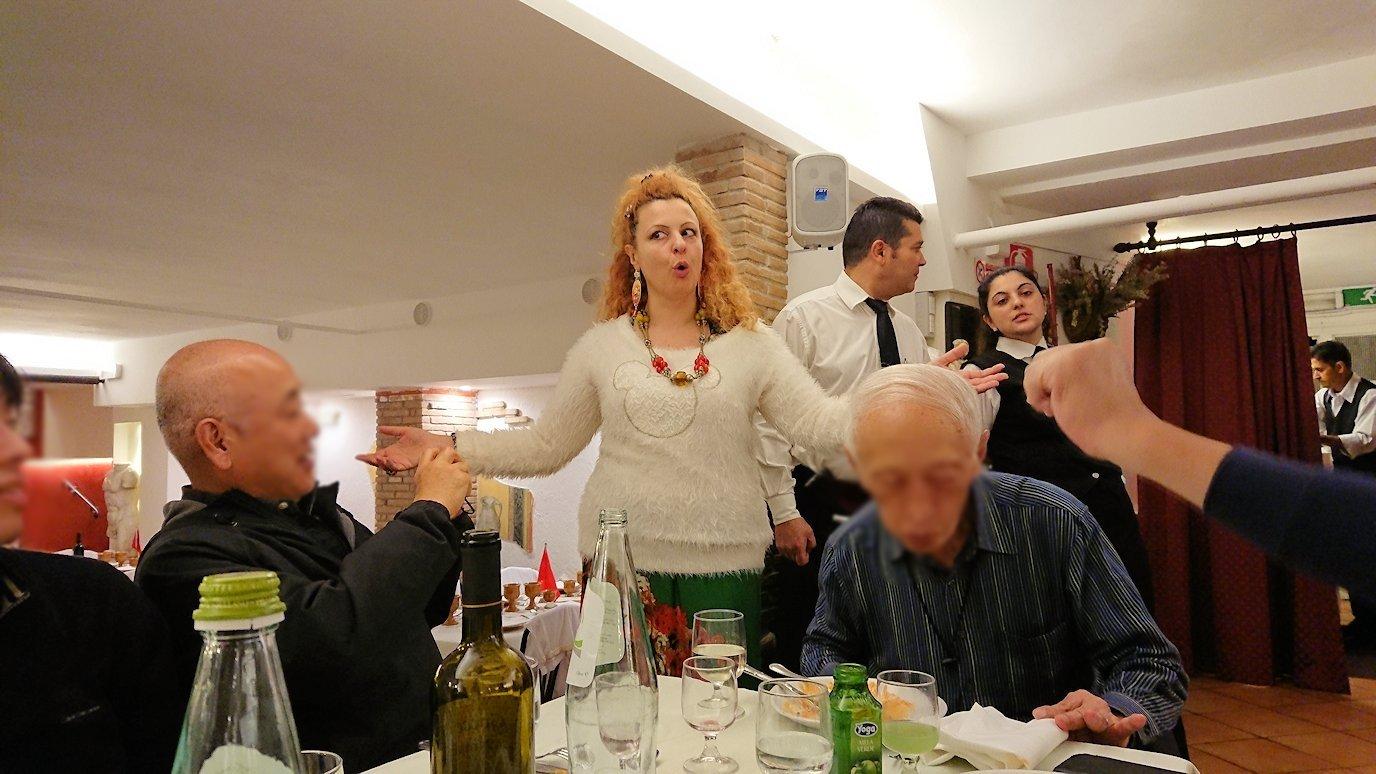 ローマ市内の夕食レストランでカンツォーネを歌ってくれるお姉さん6