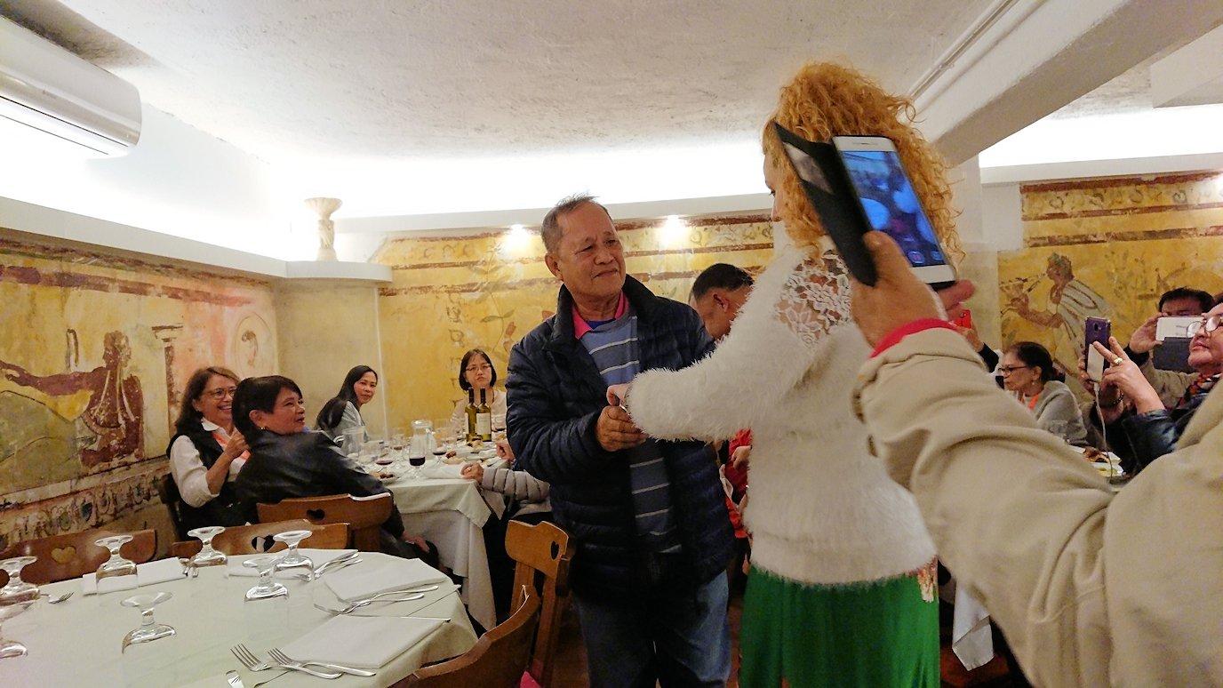 ローマ市内の夕食レストランでカンツォーネ歌手と踊りだす親父