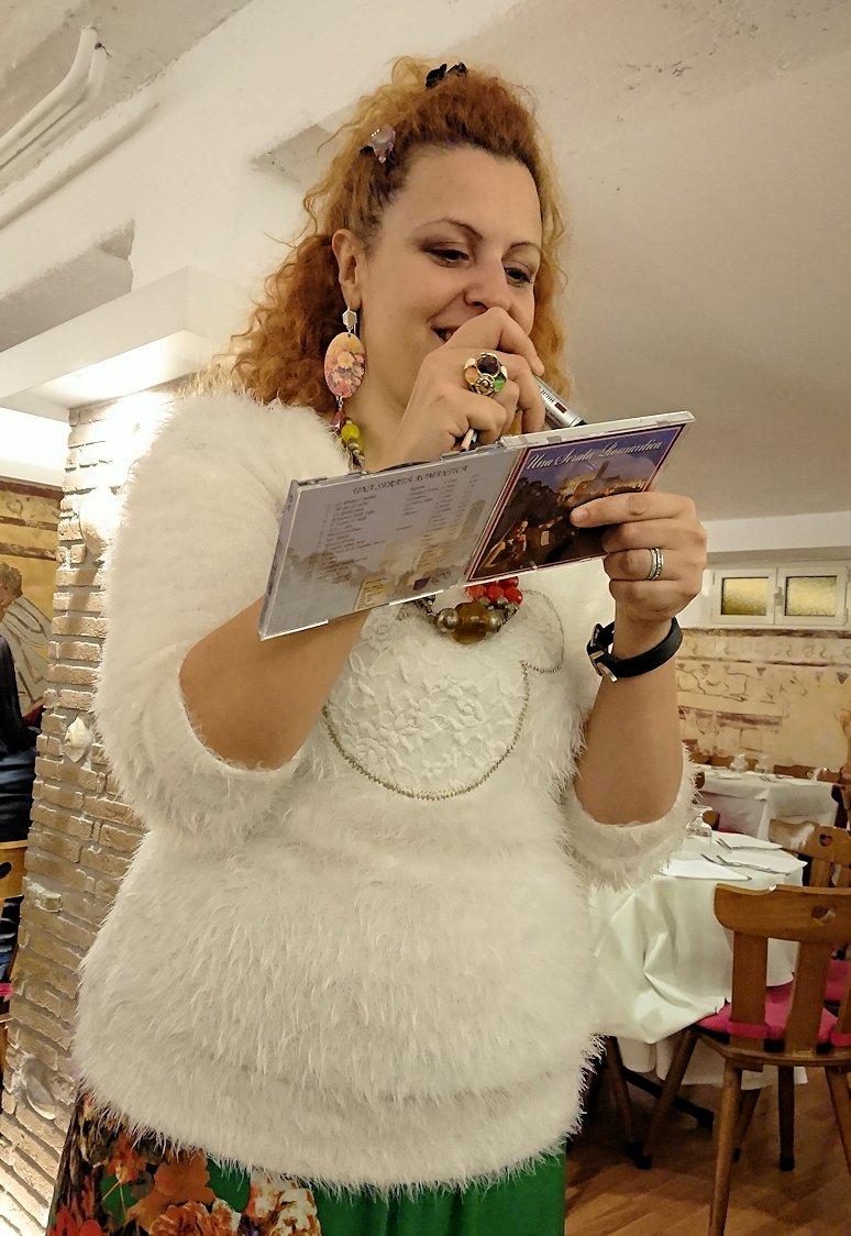 ローマ市内の夕食レストランでカンツォーネを歌ってくれるお姉さんにサインしたCDを貰う
