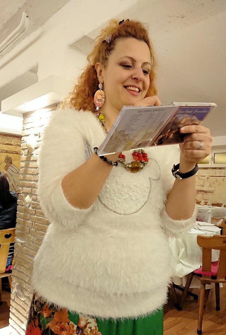 ローマ市内の夕食レストランでカンツォーネを歌ってくれるお姉さんにサインしたCDを貰う2