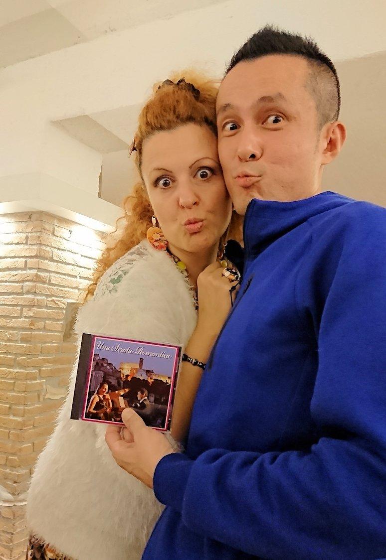 ローマ市内の夕食レストランでカンツォーネを歌ってくれるお姉さんとツーショット写真