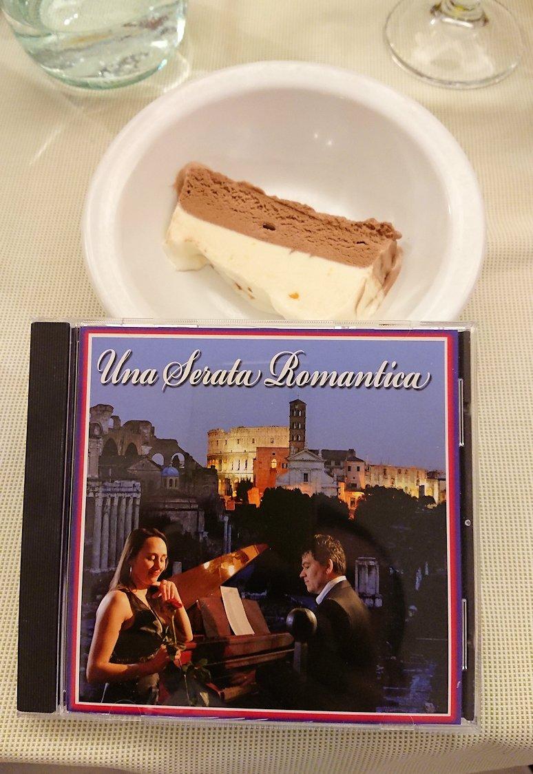 ローマ市内の夕食レストランのデザートのアイスとカンツォーネCD