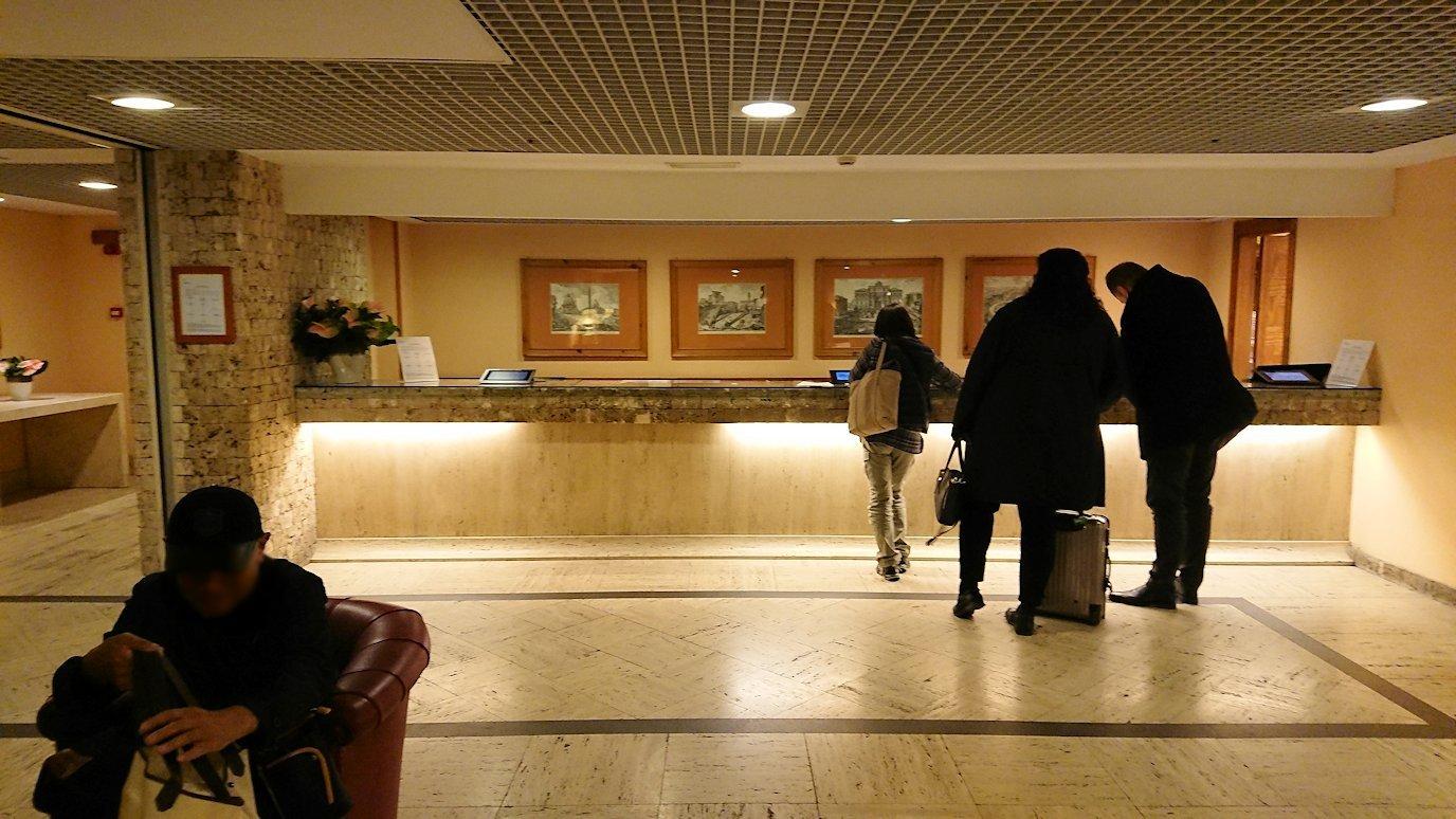 ローマで泊まるホテルのフロントでチェックイン