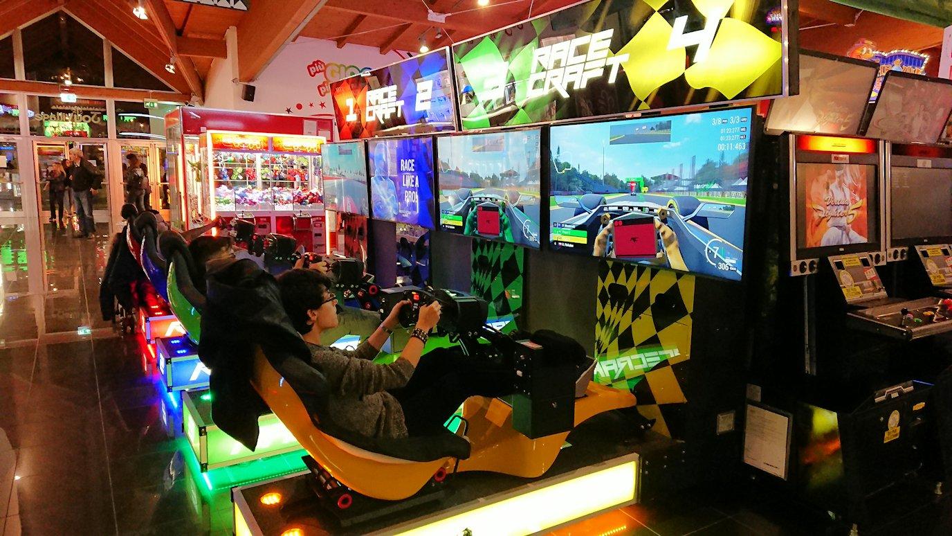 ローマシェラトンホテル近くのショッピングモールにあるゲーセンのレーシングゲーム