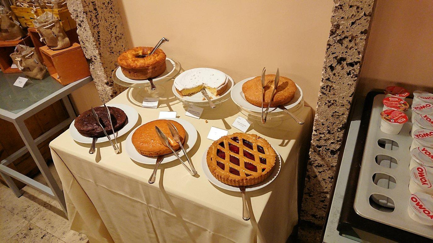 ローマのシェラトンホテルの朝食バイキングにあるケーキ