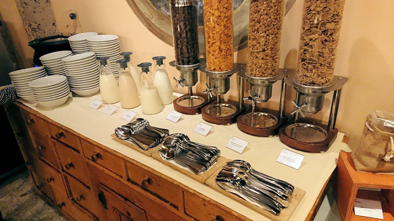 ローマのシェラトンホテルの朝食バイキングにあるドリンク