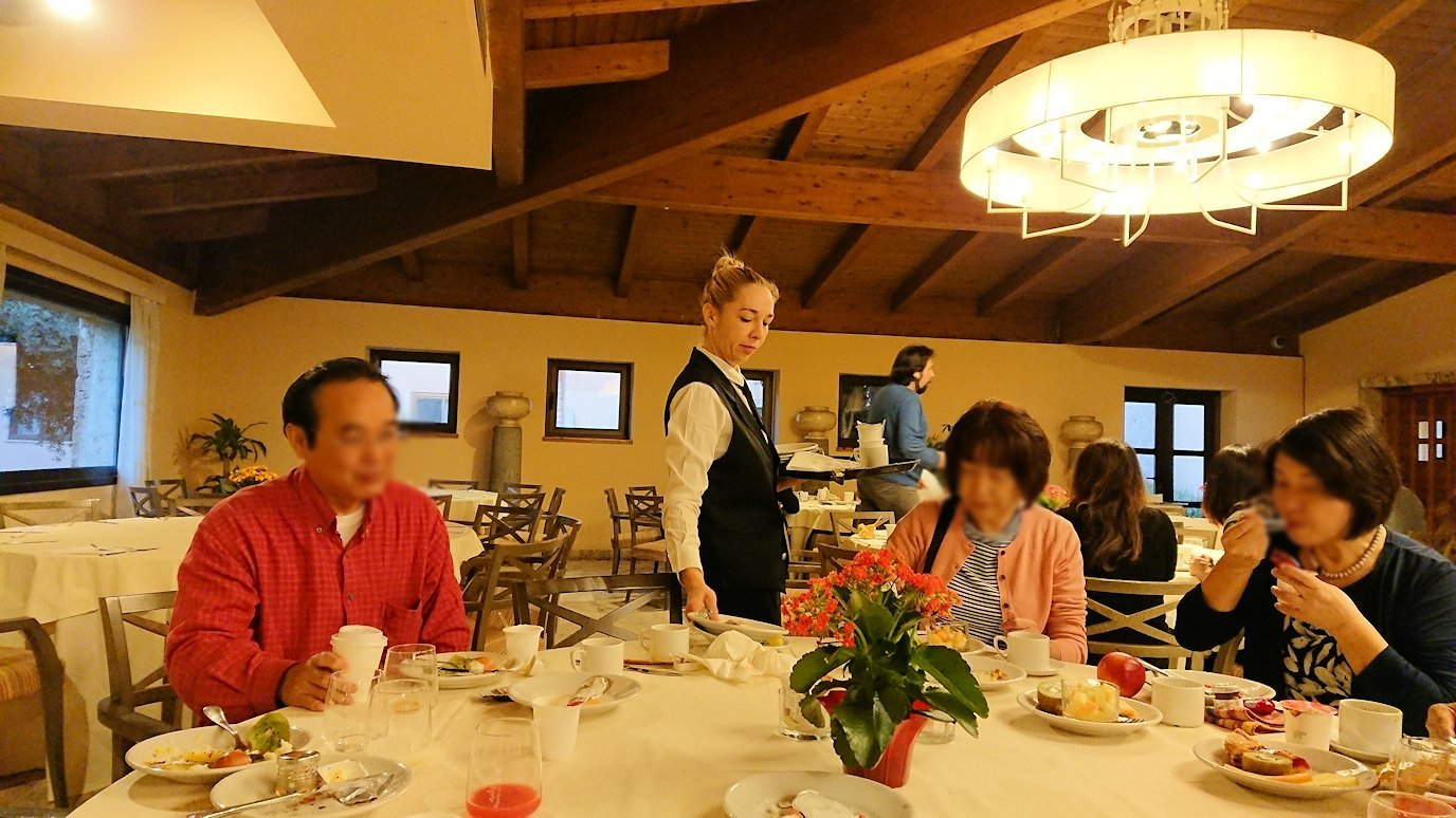 ローマのシェラトンホテルの朝食バイキングで食べる風景