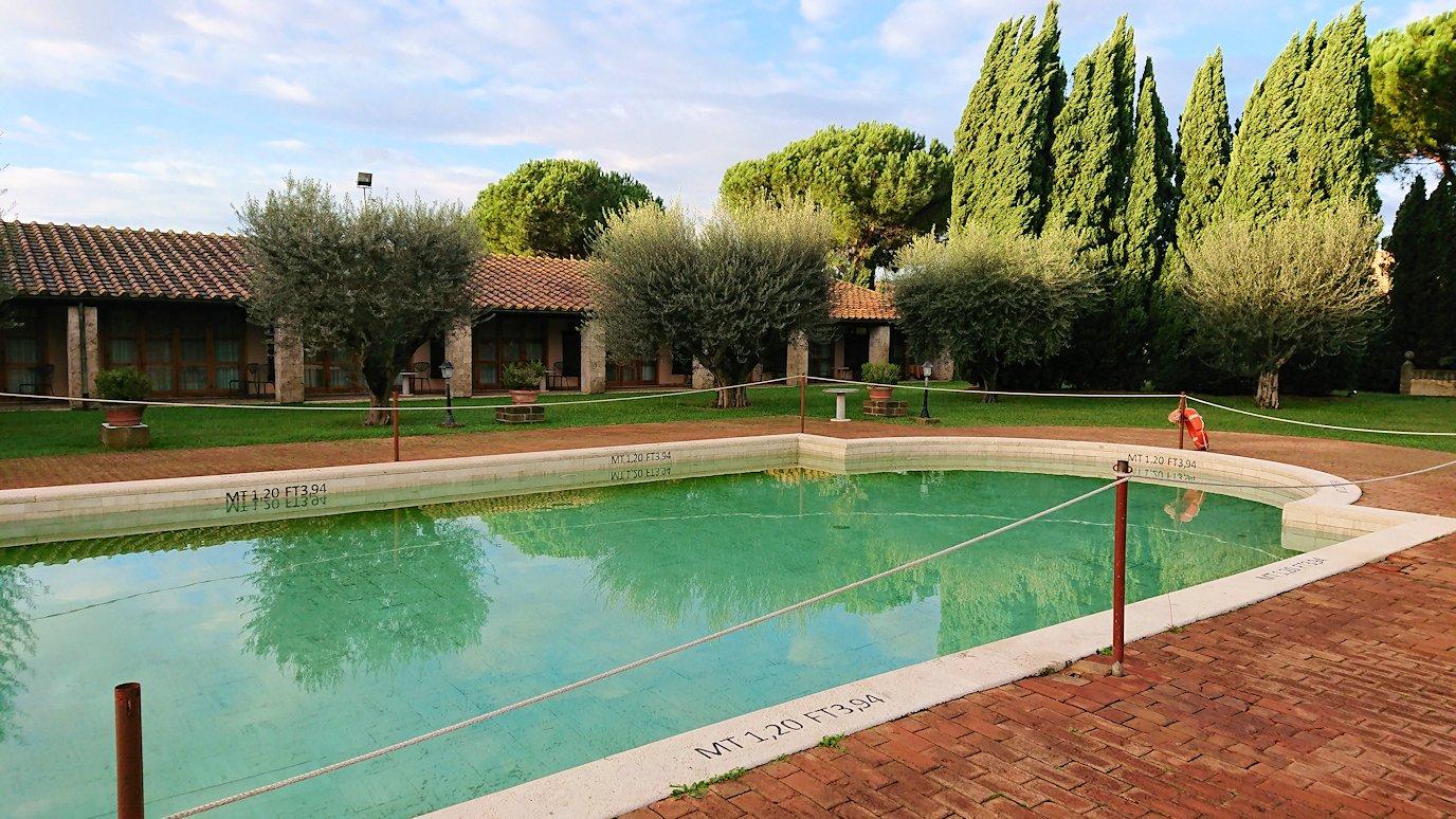 ローマのシェラトンホテルの朝のプール