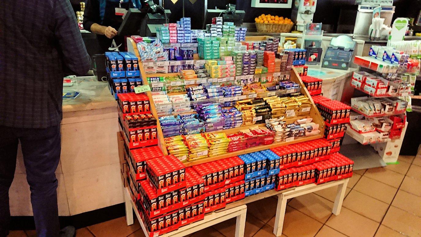 ポンペイに向かう途中の休憩ガソリンスタンドの店内のチョコ