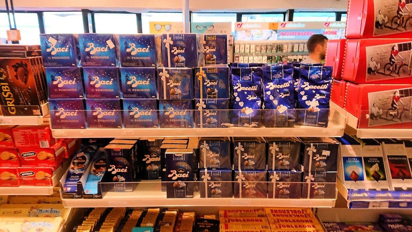 ポンペイに向かう途中の休憩ガソリンスタンドの店内のバッチチョコを物色2