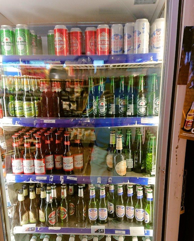 ポンペイに向かう途中の休憩ガソリンスタンドの店内のビール