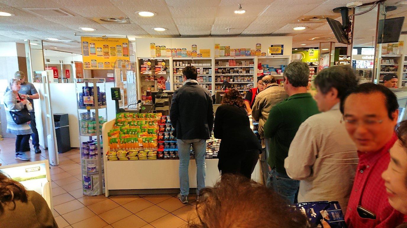 ポンペイに向かう途中の休憩ガソリンスタンドの店内のレジ