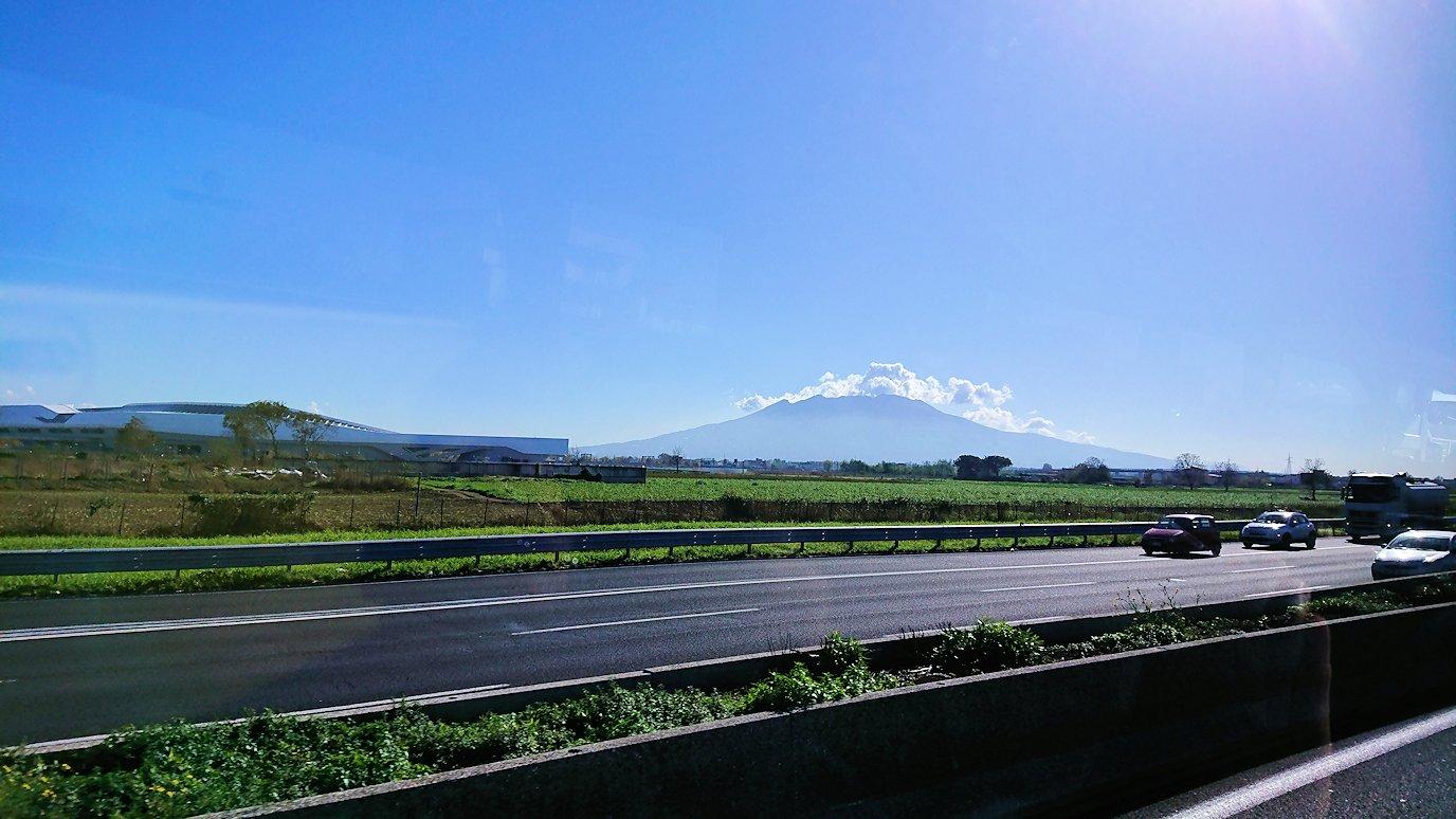 再びバスでポンペイに向かう途中にベスビオ火山が見える